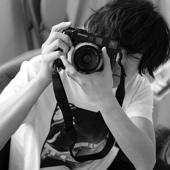 川上洋平カメラを構えて目閉じ壁紙
