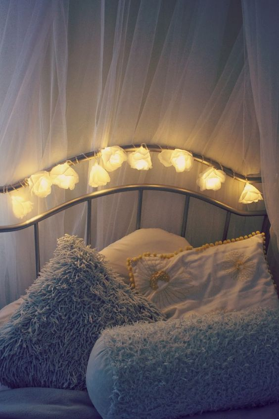 Low cost flower fairy lights bedroom decor idea for Room decor ideas with fairy lights