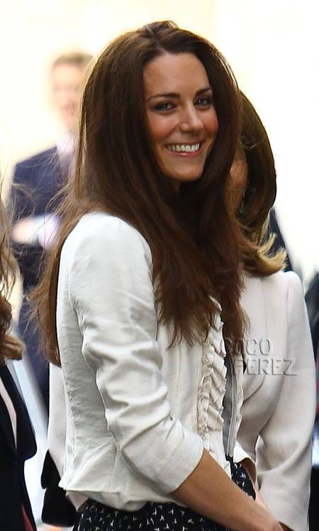 Resultados da Pesquisa de imagens do Google para http://i.cocoperez.com/wp-content/uploads/2011/04/kate-middleton-doing-her-own-makeup-for-royal-wedding__oPt.jpg