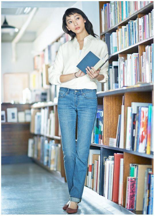 図書館で本を探す