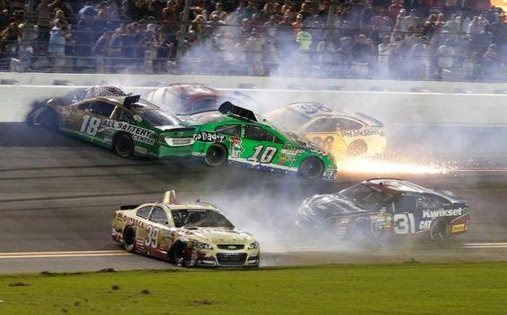 Pile-up : Kyle Busch multicar crash, danica Patrick #10, Ryan Newman #39, David Gilliland #38 and Jeff Burton #31
