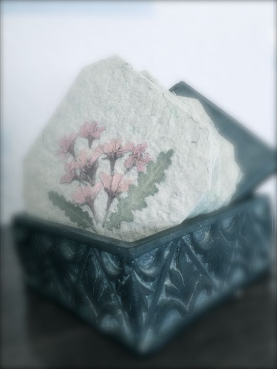 Porta vasos hechos con flores deshidratadas y papel reciclado.