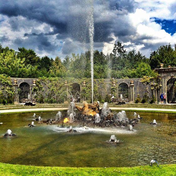 Château de Versailles, Francja. Boskiet Enkeladosa (Bosquet de l'Encelade). Jego centralną część stanowi basen, z rzeźbą giganta Enkeladosa. Według mitologii został rażony piorunem i przygnieciony Sycylią, po czym zamienił się w Etnę. Całość otacza charakterystyczny trejaż.