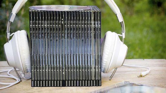 Super Audio CD und DVD-Audio.Die DVD-Audio sollte die erfolgreiche Audio-CD ablösen. Versprochen wurden eine bessere Tonqualität sowie 5.1-Raumklang. Doch das dafür nötige 5.1-Lautsprecherset und das spezielle Abspielgerät für DVD-Audios bedeuteten zusätzliche Anschaffungskosten für den Konsumenten. Die Nachfrage blieb aus. Die Super Audio CD wiederum konnte mit üblichen CD-Playern abgespielt werden und galt zunächst als Konkurrenzprodukt zur DVD-Audio. Sie verkaufte sich aber ebenso…