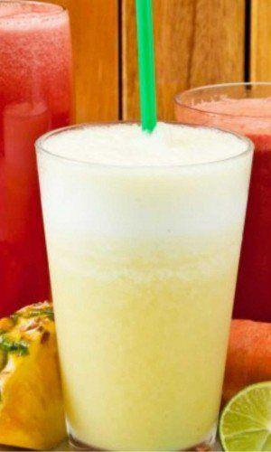 Limonada Suiça: Ingredientes:  1 limão com casca picado 4 folhas de hortelã fresca 1/4 de folha de couve 2 pedras de gelo 1 copo de água gelada adoçante a gosto    Modo de preparo:bata tudo no liquidificador e tome em seguida.  A dica é tomar o suco na hora, não deixar ele descansando, pois pode perder todas as propriedades benéficas. E também, tomar um copo do suco todos os dias, meia hora antes de cada refeição.