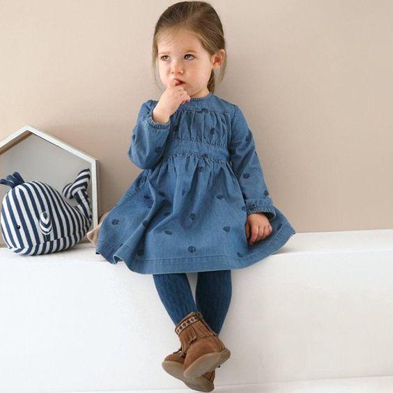 Superbe petite robe légère en jean qui mérite une petite veste pour cet hiver, le résultat est trop mignon !