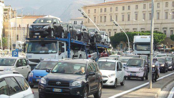 """Offerte di lavoro Palermo  Lunghe code di auto e mezzi pesanti in via Crispi. Confartigianato: """"Situazione paradossale camionisti multati perché aspettano il turno per entrare""""  #annuncio #pagato #jobs #Italia #Sicilia Controesodo traffico paralizzato nella zona del porto a Palermo"""