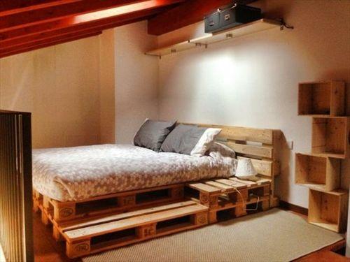 Un lit et des étagères avec des palettes de bois