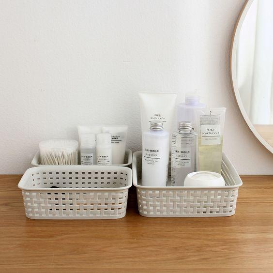 Cesta organizadora cosméticos; produtos de beleza organizados