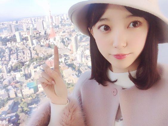 東京タワーを指す堀未央奈