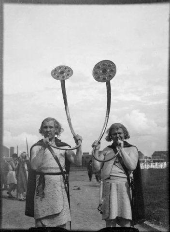 """Archäologie als historisches Kostümfest: """"Lurenbläser"""" in Neumünster 1937."""