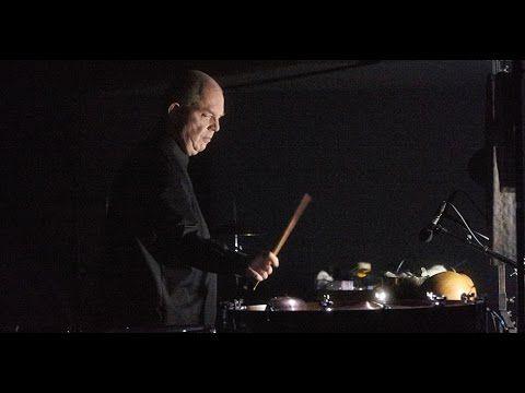 """Interview mit Fritz Hauser über """"Nachtstück"""" (Regie Barbara Frey)  Der Einbruch der Nacht ist der Absturz ins Unbewusste. Die Nacht folgt keiner Logik. Sie ist eine Welt von Rufen Tönen Klängen deren Bedeutung man nicht zuordnen kann. Die Nacht verwirrt den Blick sie überfällt die Vernunft und macht die Wahrnehmung zur Zumutung. Es ist die Zeit der Einbildungen des Trugs der heimlichen Beobachtungen und des unheimlichen Erlebens denn jeder Laut wird bilderreicher das Gewohnte sonderbarer…"""