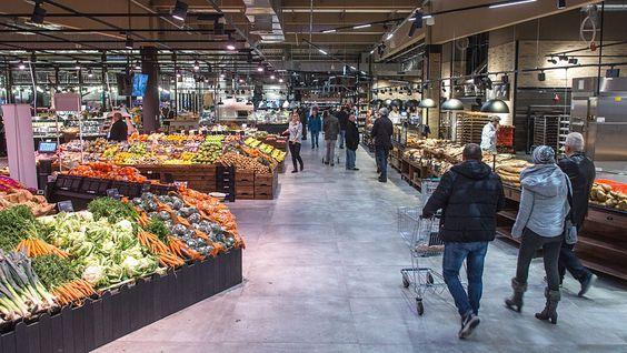 """Die neue Markthalle startet mit der """"Manufaktur des guten Geschmacks"""". Der Food-Marktplatz bietet an einem guten Dutzend Frischestationen Eigenproduktion und Gastronomie direkt neben Obst und Gemüse, Fleisch, Wurst, Käse und Fisch."""