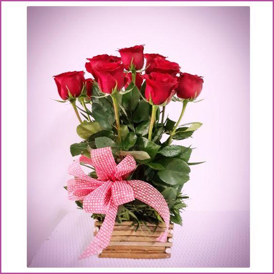 Hermoso arreglo floral con 12 rosas rojas importadas finamente presentada. PRODUCTO DISPONIBLE SOLO COMUNAS de SANTIAGO
