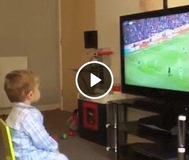 Muita atenção, o coração vai a mil e o pequeno torcedor comemora o gol
