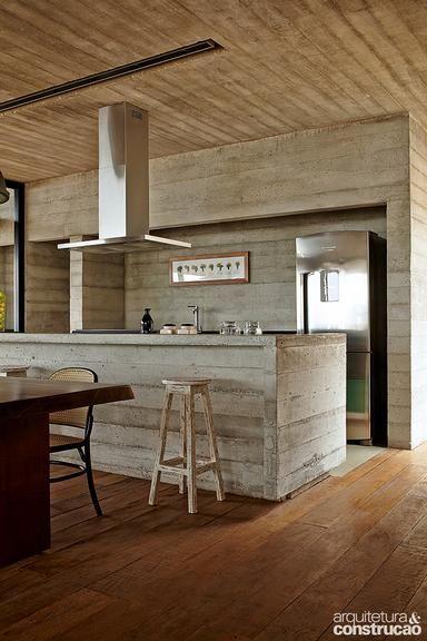 Revista Arquitetura e Construção - Inteira de concreto, casa de férias se destaca na paisagem