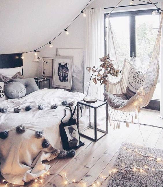 Je sais pas vous...mais moi cette #chambre à l'allure bohème & sa chaise hamac m'inspirent...: