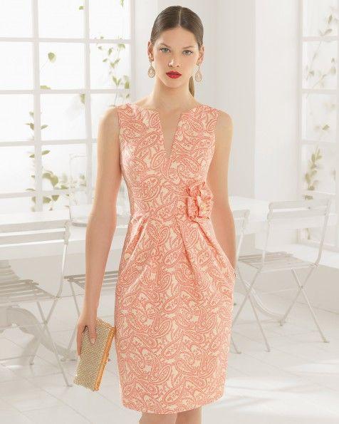 Vestido de brocado. Color arena y rosa.