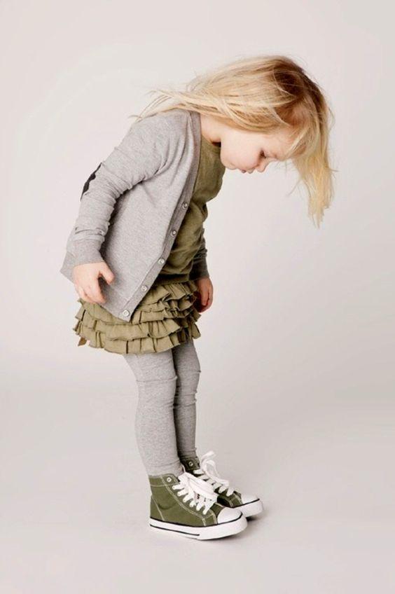 Roupa confortável para outono-inverno #moda #roupa #estilo #fashion #ideia #inspiração #outono #inverno #cinza #verde #vestido com #meia #menina