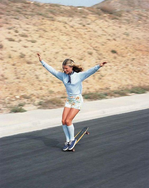 スケートボードの先端でバランスをとる