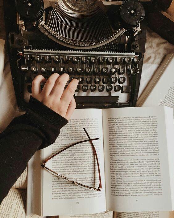 El sueño de un escritor. A writer's dream Writing & Photography Escritura y fotografía. Typewriter / máquina de escribir