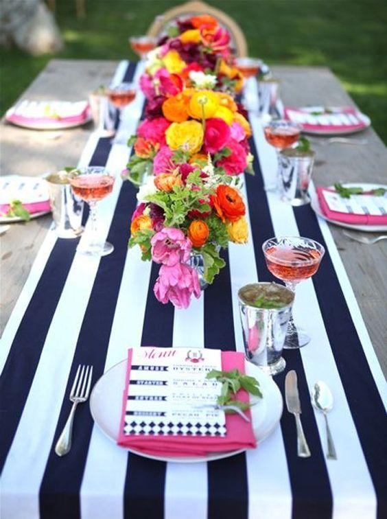 Azul, naranja y fuchsia. Para una boda náutica o moderna, un camino de mesa a rayas y ¡a resaltar los colores que pones sobre él!: