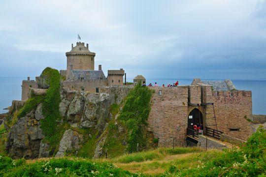 Fort La Latte Situé en face du Cap Fréhel, au nord de la Bretagne, ce château dressé face à la mer a connu un intérêt stratégique au Moyen-Age, durant les guerres de religion et au XVIIIe siècle.