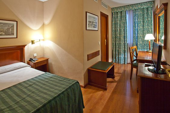 Single room of Hotel Rex in Gran Via of Madrid. Quiet rooms overlooking the inner courtyards. Convenient and comfortable, furnished with beds of 0.90 x 2m, equipped with comfortable facilities ideal for people traveling alone.