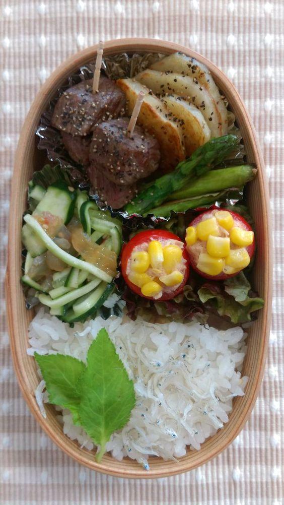 posted by @nlk03 ニコ3の今日のお弁当 サイコロステーキ、ポテト&アスパラ炒め、きゅうりと中華くらげの和え物、トマトのカップサラダ #obentoart