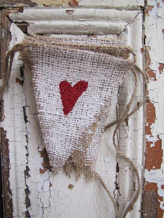 Vlaggetjesslinger gemaakt van beschilderde jute zakken.