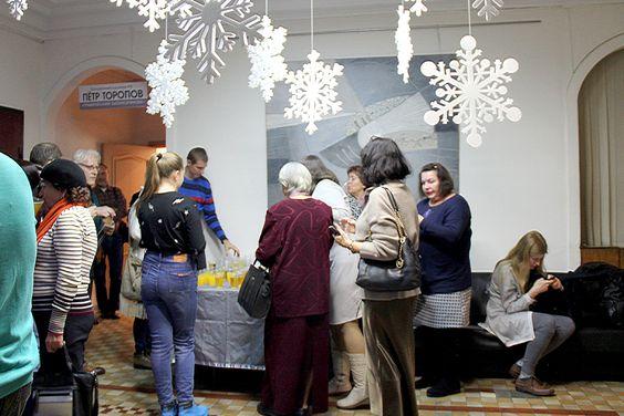 Фуршет на открытии 26 персональной выставки Петра Торопова в Доме художника в Калининграде. Фото Жени Шведы