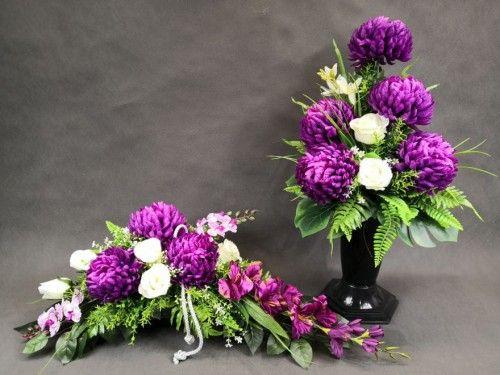 Bardzo Efektowny Komplet Na Grob Z Sliwkowymi Chryzantemami Kwiaty Wygladaja Jak Zywe Floral Floral Wreath Wreaths