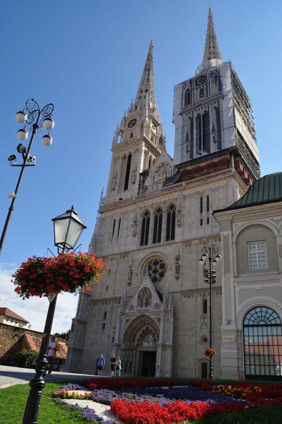 Catedral De Zagreb Con Flores Croacia En 2020 Croacia Zagreb Croacia Zagreb