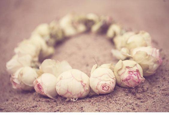 winterliches blumen haarkranz brautshooting 0027a Fotos Anja Schneemann photography Blumen Milles Fleurs VISAGISTIN UND MODEL: Christina Nietert Coton # Baumwolle # Haarkranz # Winter # Wedding
