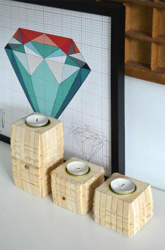 un bougeoir cubique en bois naturel recouvert de demi pièces de pince à linge bois