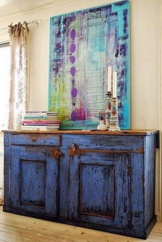 Mueble envejecido en color azul y cuadro sobre madera