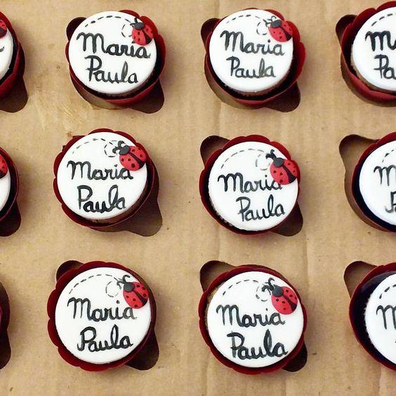 Mini cupcakes para a festinha da Maria Paula na escola no tema Ladybug #cupcakes #minicupcakes #festanaescola #ladybug #miraculousparty #miracolousladybug: