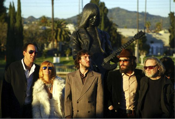 "Sheena IsAPunkRocker on Twitter: ""#JohnnyRamone Statue at Hollywood Forever Cemetery:#NicholasCage, @LindaRamone,#JohnFrusciante & #TommyRamone, 2005. https://t.co/lwlinnlHUu"""