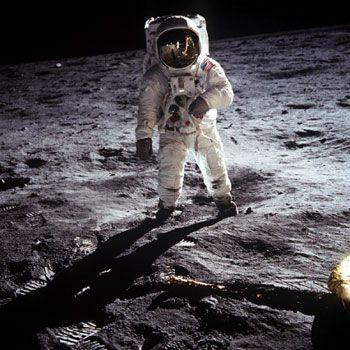 宇宙飛行士が月面着陸した姿