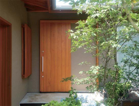 桧無垢材の玄関引戸ドアです 静かに自然と調和するその姿に 不思議と