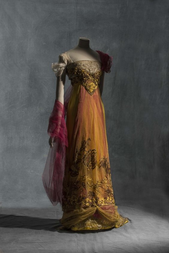 Callot sœurs, evening dress, 1909-1913, silk satin, metallic tulle and silk tulle. © Jean Tholance, Les arts Décoratifs, Paris, collection UFAC. All rights reserved.