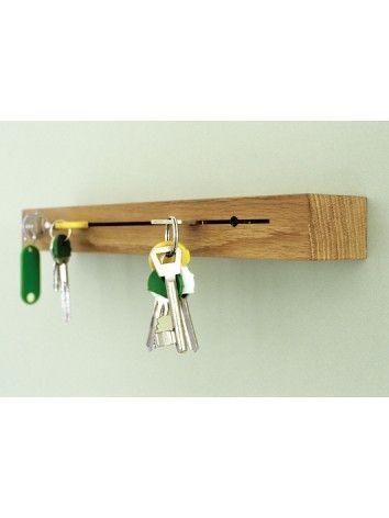 Ook altijd op zoek naar je sleutels?  Deze sleutel- en posthouder zou dan wel eens dé oplossing kunnen zijn!  Makkelijk aan de muur te bevestigen met 2 schroeven. De sleutels passen perfect in de gleuf, voor de autosleutels zijn er ronde openingen voorzien. Op het plankje is plaats voor de post. Handig toch?    Winnaar van the German Design+ Award.