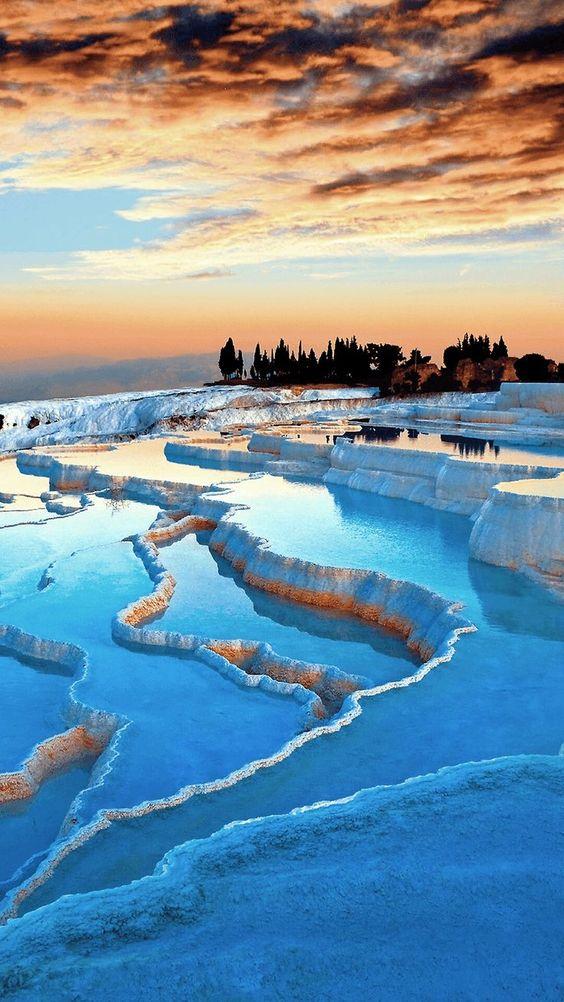 Турция в декабре порадует всех путешественников новогодними распродажами. Это не только отличная возможность заняться шоппингом, но и возможность подправить свое здоровье. Искупаться можно будет только в бассейнах. Море, к сожалению, уже прохладное. Обязательно стоит опробовать на себе турецкие бани. А вот посмотреть достопримечательности не составит труда.