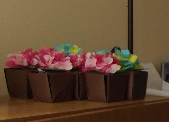 recuerdos cajitas de cartón con flores en papel volantín