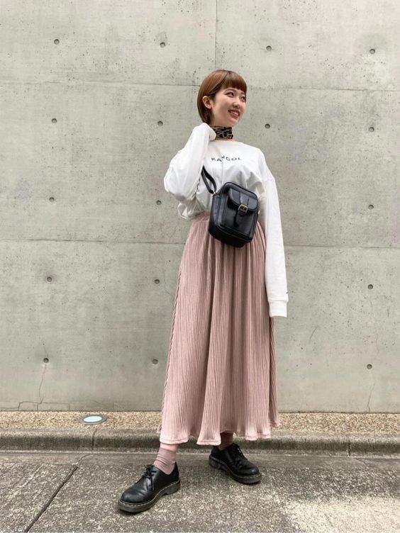 WHAT TO WEAR ON A DATE WITH YOUR SOULMATE - LONG PINK SKIRT, WHITE SWEATER BLACK BAGWEGO FASHION