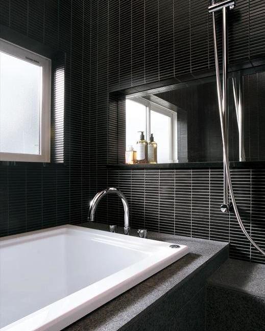 ダークトーンでまとめたモダンな浴室 繊細さを感じさせる小さなサイズ