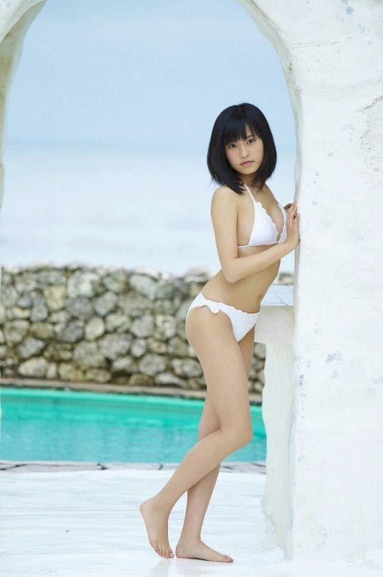 白い水着のかわいい小島瑠璃子
