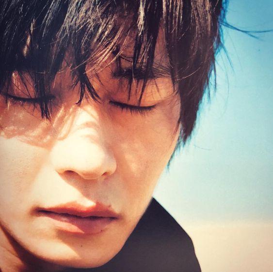 目をつむる田中圭