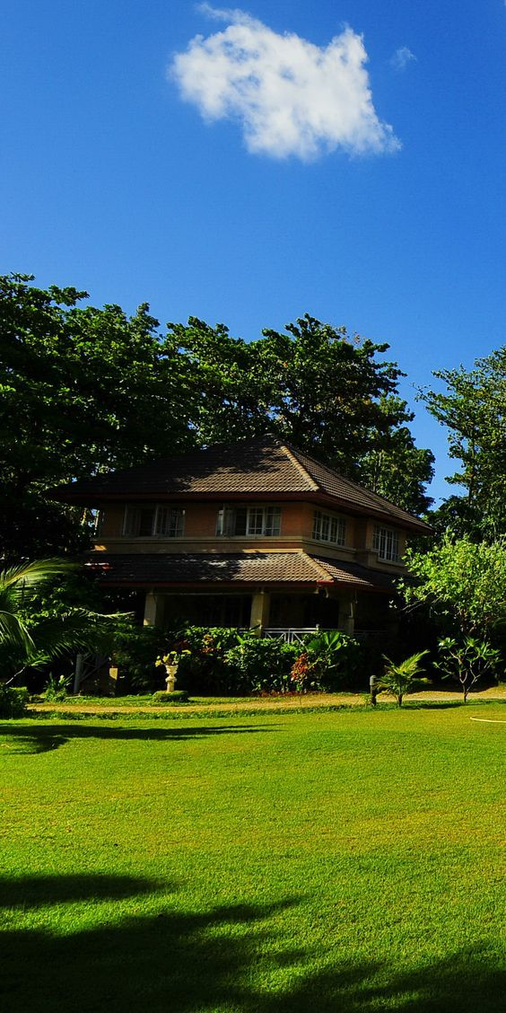 Set amidst exotic Thai green foliage and flora the small quaint and cosy bungalows located right in the center of Chaweng Beach at King's Garden Resort