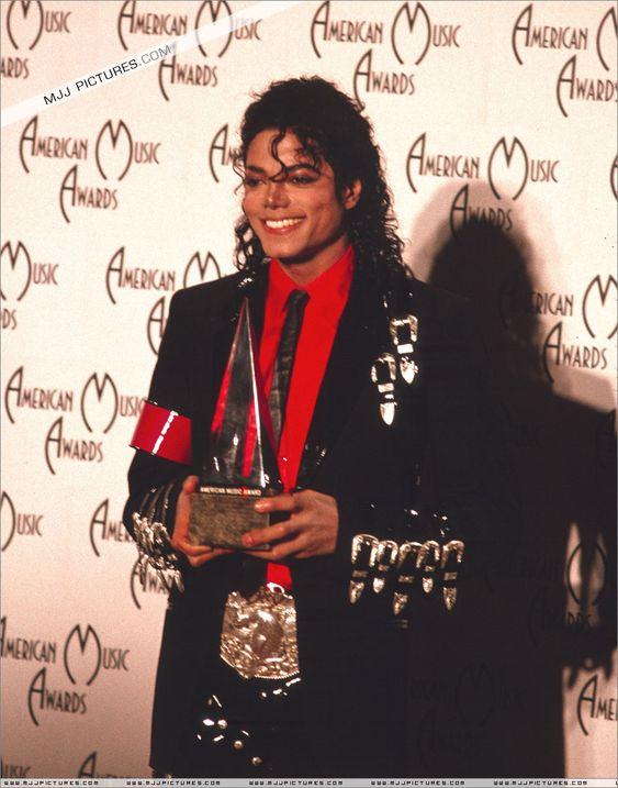 Malo > Premios y actuaciones especiales > Los 16th American Music Awards Eddie Murphy presenta a Michael con el Premio Especial de Logro 30 de enero de 1989 en el Auditorio Shrine de Los Ángeles, California.